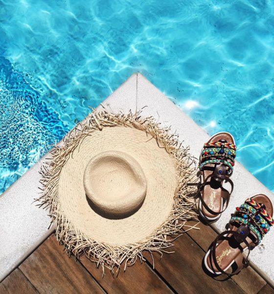 Sandali e corallini – Il look per la piscina