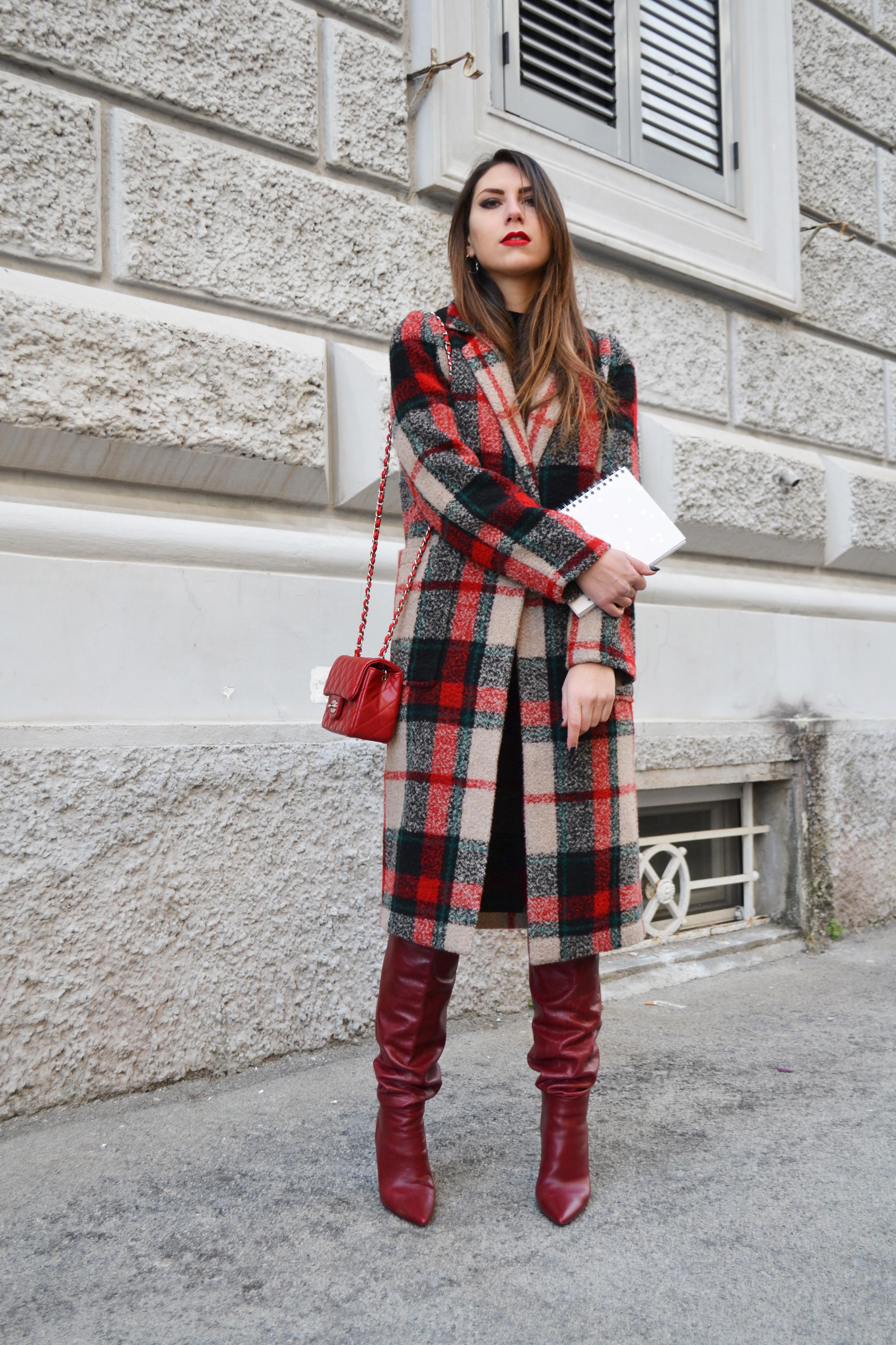 huge discount 2c1a9 1f34c Cappotto a quadri oversize e un paio di stivali rossi sopra ...