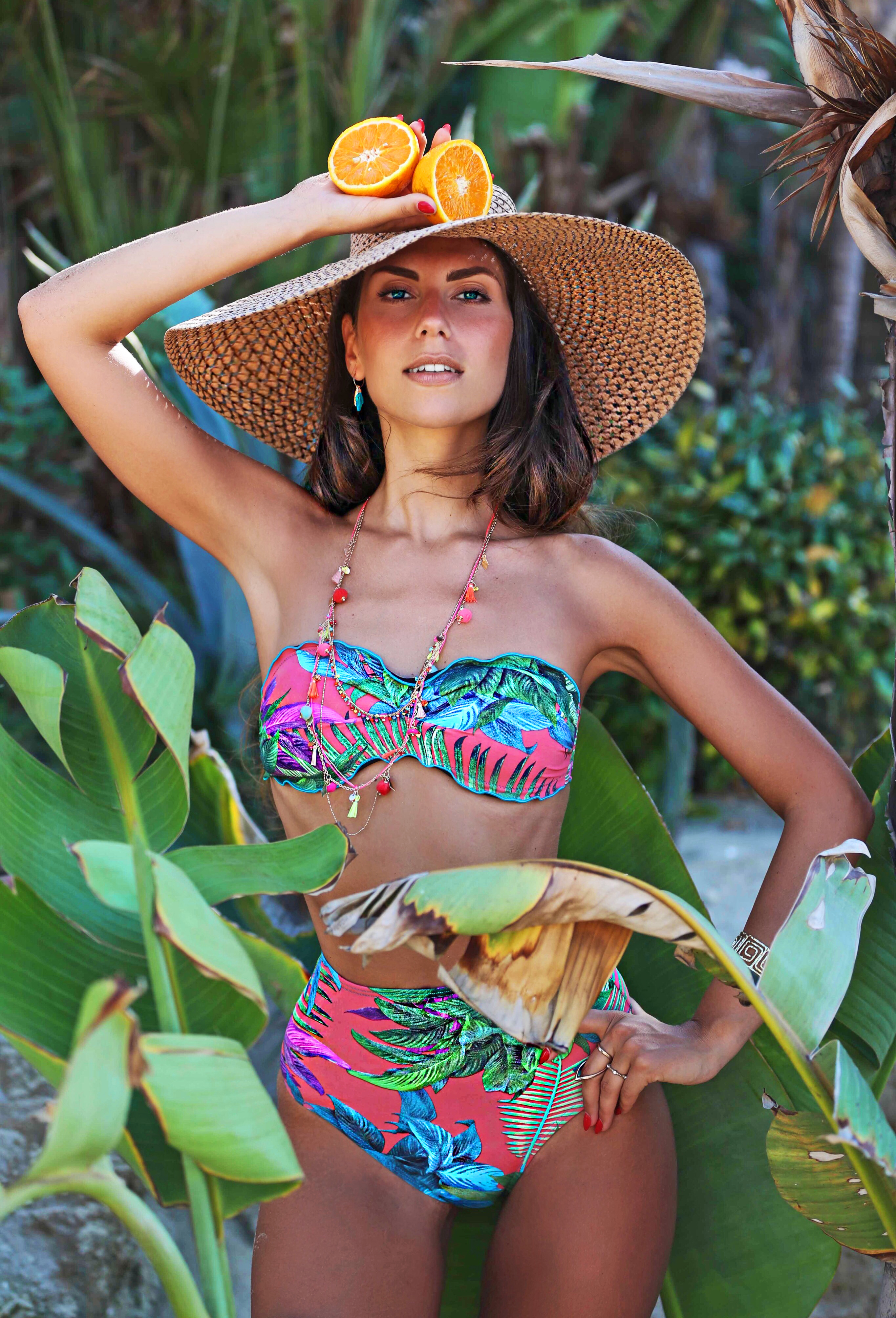 95a95fd8464a Colorato, sexy, tropicale. E' lo stile che maggiormente preferisco per  questa Estate 2017 e lo porto con me dalla spiaggia, alla città passando  per la ...