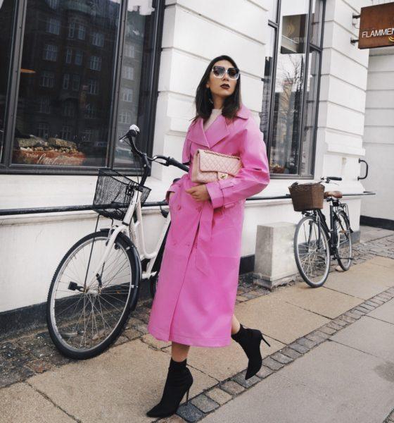 Trench rosa in vinile per le strade di Copenhagen