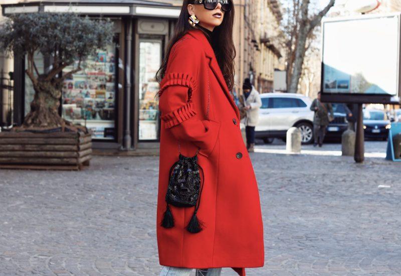Un oversized coat rosso fuoco