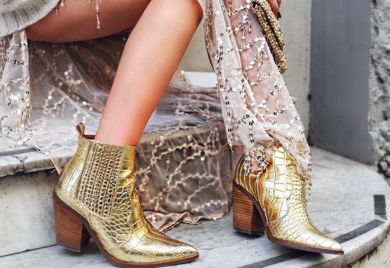 Western Boots dorati e un abito in paillettes