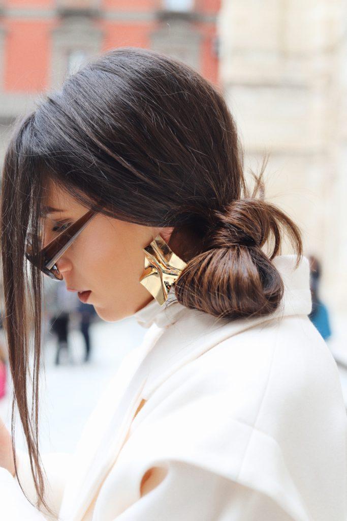 capelli raccolti di lato